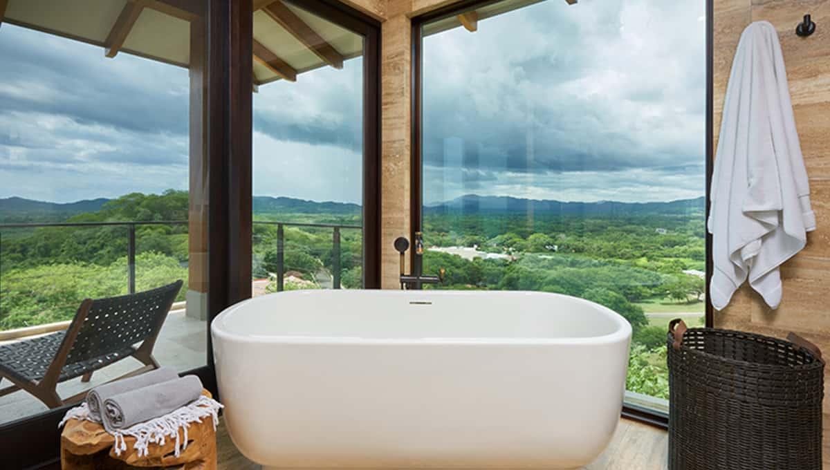 casalucy-bathroomtubview-tamarindo